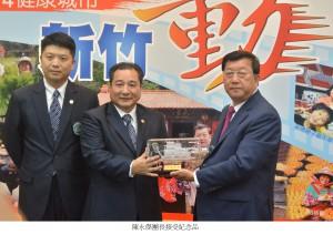 12.陳永傑團長接受紀念品_文字