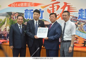 15.何敬麟副理事長接受紀念品_文字